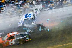 Acidente na última volta: Kyle Larson atinge a cerca de proteção como Eric McClure passa