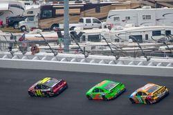 Deux fans regardent passer Jeff Gordon, Hendrick Motorsports Chevrolet, Danica Patrick, Stewart-Haas