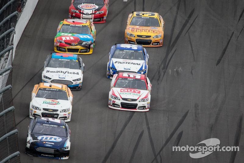 Brad Keselowski, Penske Racing Ford voert een groepje auto's aan