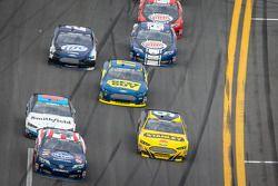 Bobby Labonte, JTG Daugherty Racing Toyota, e Marcos Ambrose, Richard Petty Motorsports Ford, batalh