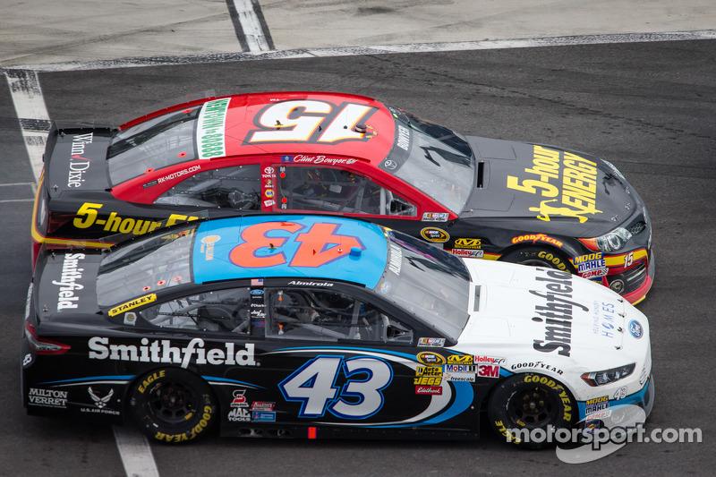 Clint Bowyer, Michael Waltrip Racing Toyota en Aric Almirola, Richard Petty Motorsports Ford strijde