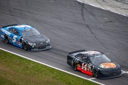 Tony Stewart, Stewart-Haas Racing Chevrolet and Kasey Kahne, Hendrick Motorsports Chevrolet