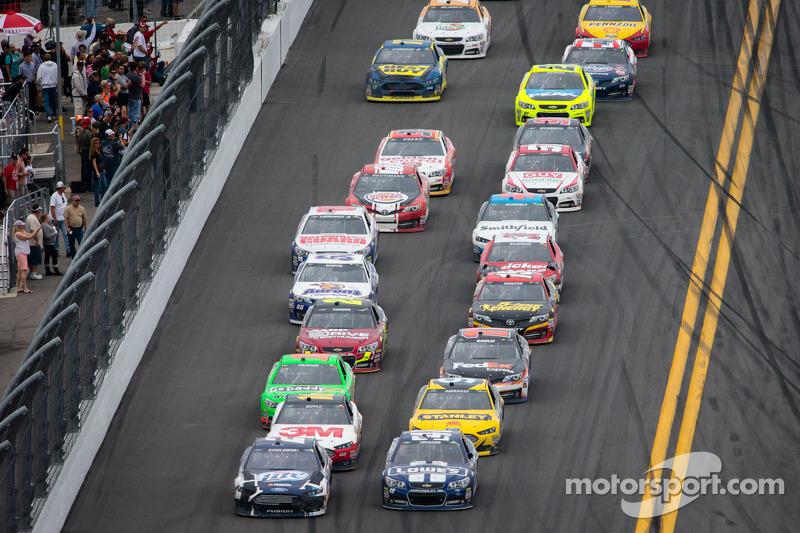 Brad Keselowski, Penske Racing Ford en Jimmie Johnson, Hendrick Motorsports Chevrolet voeren het veld aan