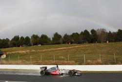 Sergio Pérez, McLaren MP4-28 pasa un arco iris