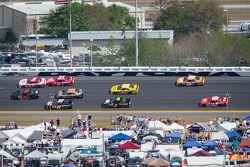 Kurt Busch e Mike Harmon lidera um grupo de carros