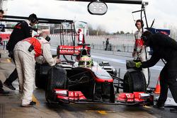 Sergio Perez, McLaren MP4-28 en pits