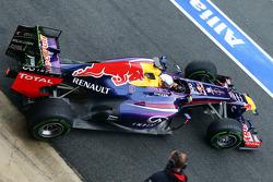 Sebastian Vettel, Red Bull Racing RB9 abandona los pits tirando pintura flow-vis en su alerón traser