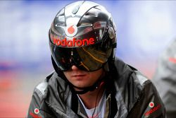 Mecánico de McLaren con un casco de parada de pits