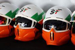 Sahara Force India F1 Team helmen van de monteurs