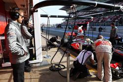Jenson Button, McLaren mira a Sergio Pérez, McLaren MP4-28