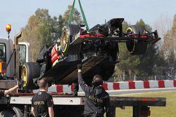 De Lotus F1 E21 van Davide Valsecchi, Lotus F1 E21 Third Driver wordt teruggebracht naar de pits door een truck