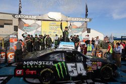 Victory lane: racewinnaar Kyle Busch