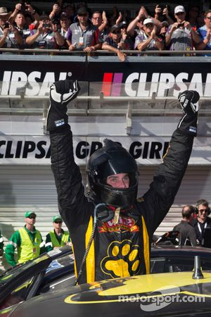 O vencedor Shane van Gisbergen, VIP Petfood Racing comemora