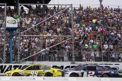 Restart: Carl Edwards, Roush Fenway Racing Ford leads