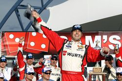 Victory lane: racewinnaar Sam Hornish Jr.