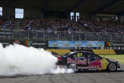 Casey Stoner hace unas donas en su V8 Supercar