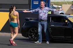 La sprinteuse australienne Michelle Jenneke fait la course contre Jeremy Clarkson