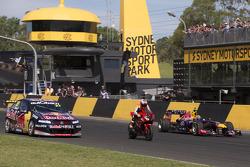V8 SuperCar vs moto vs F1