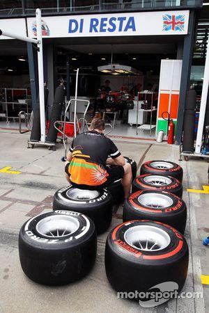 Sahara Force India F1 Team mechanic marks Pirelli lastiğis outside pit garajıs