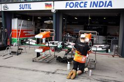 Sahara Force India F1 Team mechanic ve Sahara Force India F1 VJM06 ön kanats outside pit garajıs