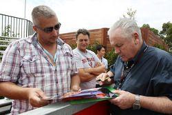 Alan Jones signe des autographes pour les fans