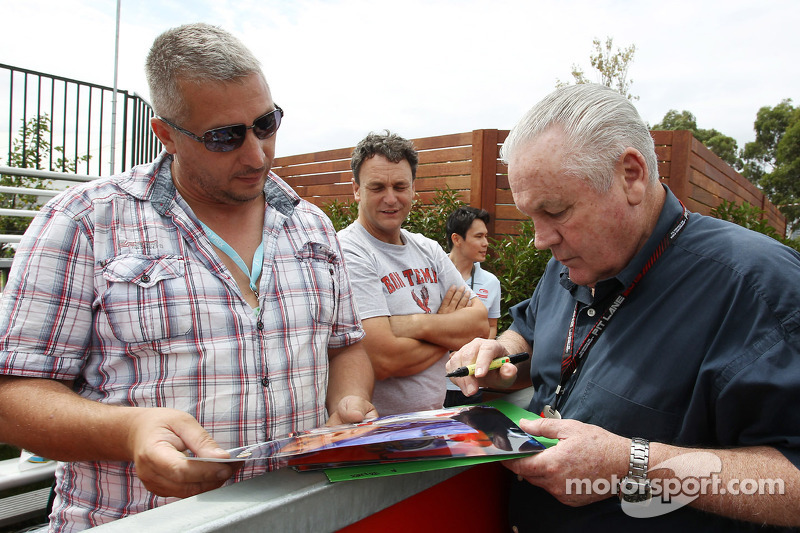 Alan Jones, signeert voor de fans