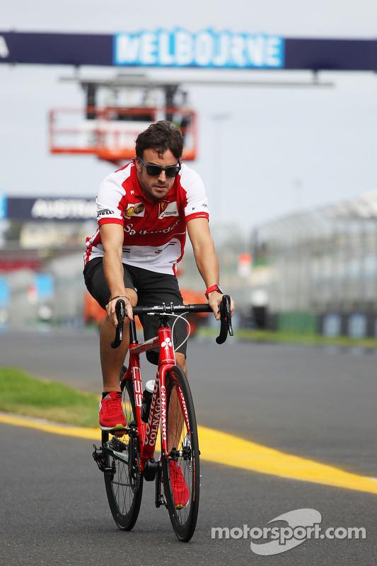 Fernando Alonso, Ferrari anda de bicicleta pelo circuito