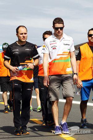 Paul di Resta, Sahara Force India F1 pist yürüyüşü ve Gianpiero Lambiase, Sahara Force India F1 mühe
