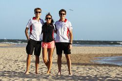 Max Chilton, Marussia F1 Team, beach ve Natalie Pinkham, Sky Sports Sunucusu ve takım arkadaşı Jules