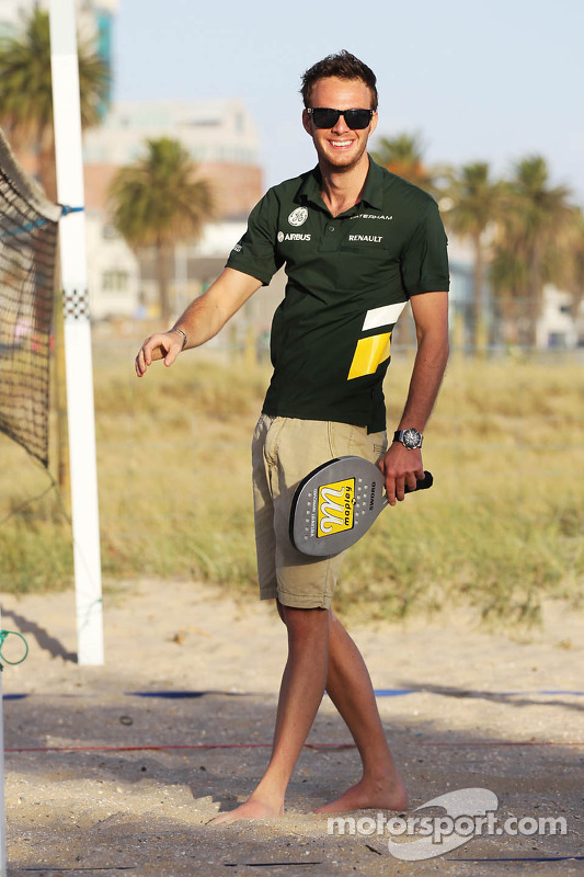 Giedo van der Garde, Caterham F1 Team joga frescobol na praia