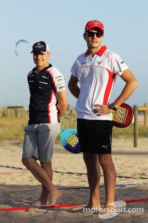 Jules Bianchi, Marussia F1 Team, ve Valtteri Bottas, Williams play beach tennis