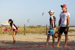 Natalie Pinkham, Sky Sports Sunucusu plays beach tennis ve Valtteri Bottas, Williams ve Jules Bianch