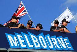 Aficionados sobre el letrero de Melbourne