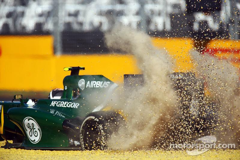 Во второй тренировке у обоих гонщиков Mercedes возникли проблемы – Хэмилтон и Росберг остановились на трассе из-за неполадок с автомобилями. Уэббера развернуло, ван дер Гарде увяз в гравии, а автором лучшего времени по итогам пятницы остался Феттель