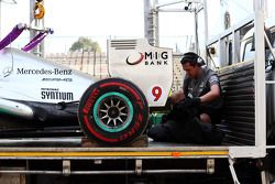 Mercedes AMG F1 W04, Lewis Hamilton, Mercedes AMG F1 is recovered back to pit stop, back, a tırı