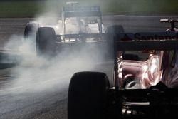 Nico Rosberg, Mercedes AMG F1 W04 lastiklerini kilitliyor ve Fernando Alonso, Ferrari F138