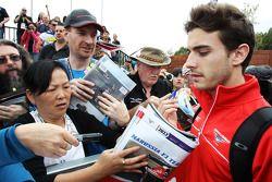 Jules Bianchi, Marussia F1 Team MR02 firma autógrafos para los aficionados