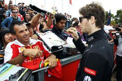 Romain Grosjean, Lotus F1 Team signeert voor de fans