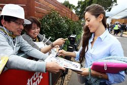 Jessica Michibata, firma autógrafos