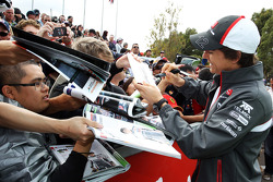Esteban Gutierrez, Sauber signs autographs for the fans