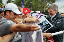 Ross Brawn, Teambaas Mercedes AMG F1 signeert voor de fans
