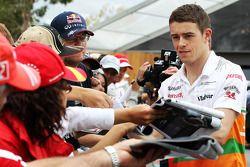 Paul di Resta, Sahara Force India F1 signeert voor de fans