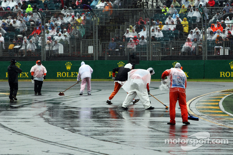 Marshals clear the track of rain water at Australian GP - Formula 1