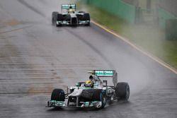 Lewis Hamilton, Mercedes AMG F1 W04 ve takım arkadaşı Nico Rosberg, Mercedes AMG F1 W04