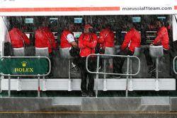 Marc Hynes, Marussia F1 Team Pilot antrenörü watches rain fall from pit duvarı