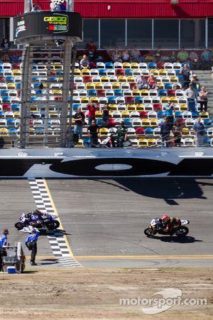 Cameron Beaubier, Yamaha, leva a bandeira quadriculada