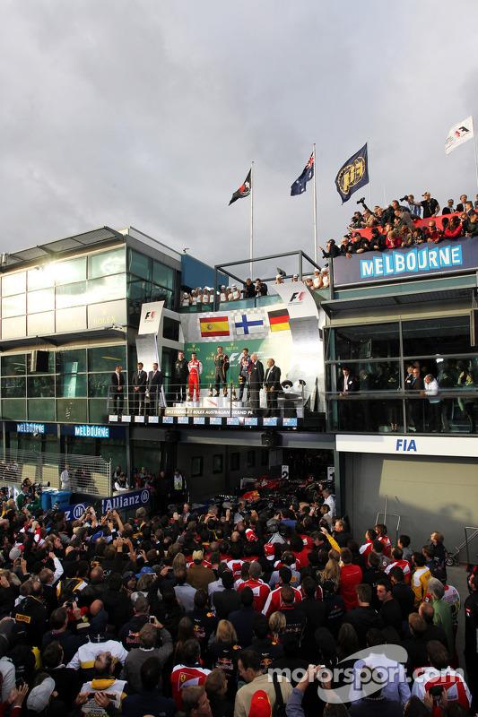 O pódio, Ferrari, segundo; Jenson Button, McLaren, vencedor; Fernando Alonso, Ferrari, terceiro