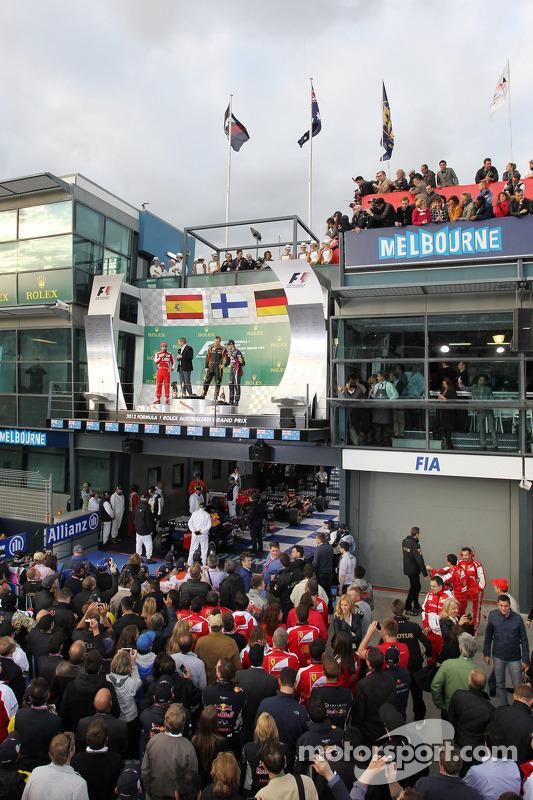 O pódio, Ferrari, segundo; Kimi Raikkonen, Lotus F1 Team, vencedor; Sebastian Vettel, Red Bull Racin