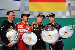 Podio: segundo lugar Fernando Alonso, Ferrari, ganador Kimi Raikkonen, Lotus F1 Team, y tercer lugar Sebastian Vettel