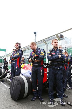 Red Bull Racing RB9 protected from view by mechanics on the grid